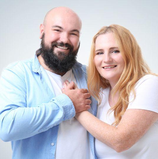 Para uśmiechniętych osób obejmujących się