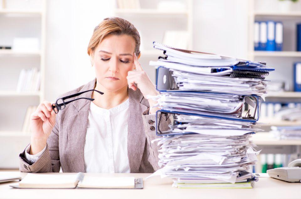 Businesswoman bardzo zajęty bieżącymi papierkami
