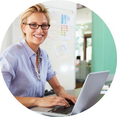 Uśmiechnięta kobieta pracująca przy komputerze