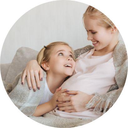 Kobieta w ciąży z córką